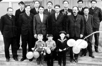 В. Шушин (третий справа в верхнем ряду) среди тружеников совхоза