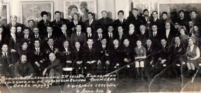М. Габдуллина - пятая слева во втором ряду