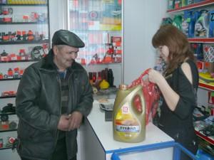 Жанна Ваисова работает с клиентом в магазине