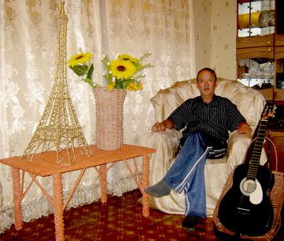 Манат Мукашев в окружении своих творений