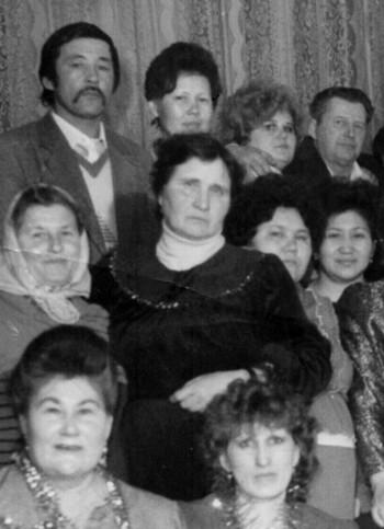 Нина Кардонец в центре