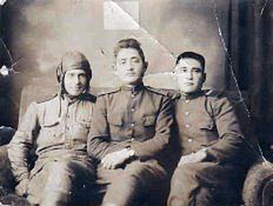 жулдаспаев даир (в центре) в 1945 году с товарищами