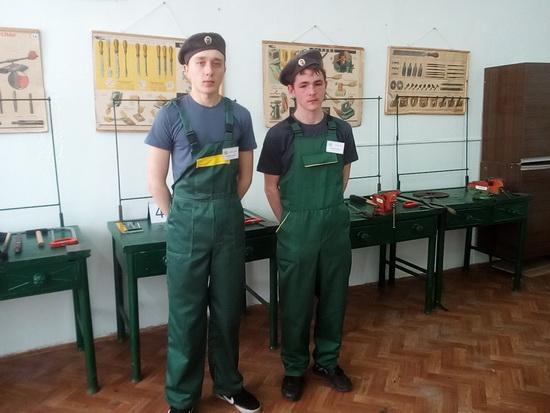 Слесарное дело. Слева Онищенко А., Клименко В.